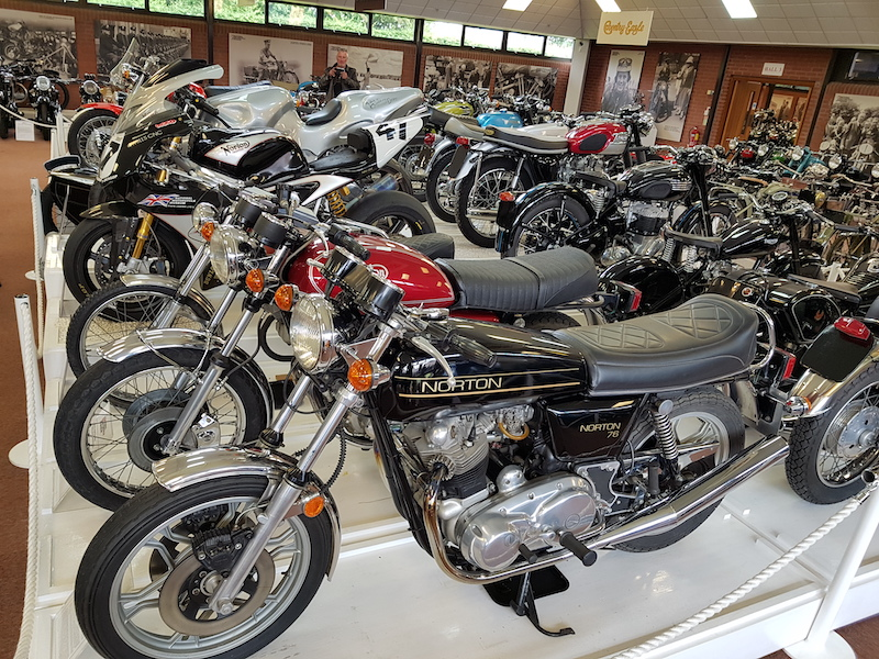 motos alignées dans un musee moto en angleterre