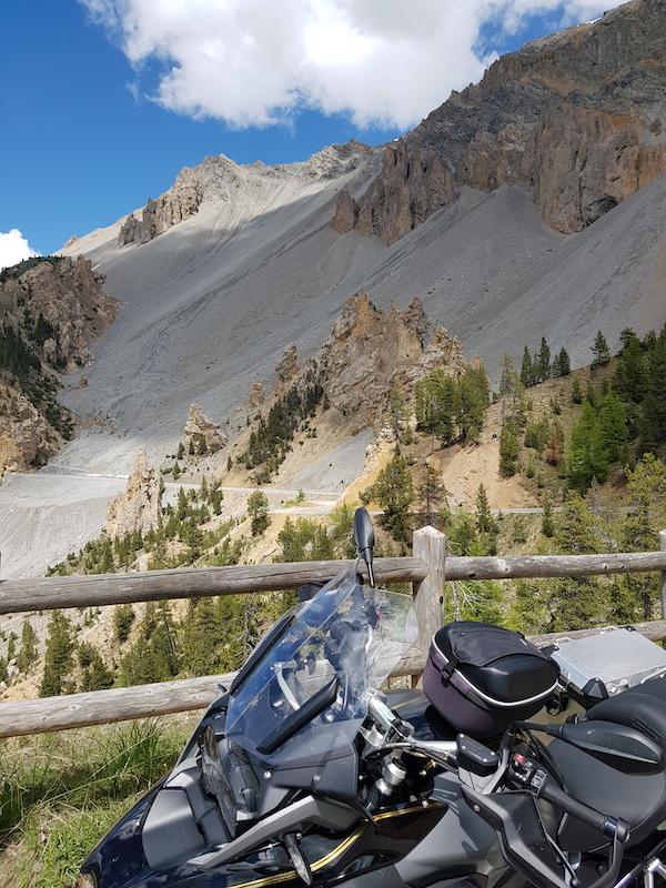 moto devant la route de la casse déserte