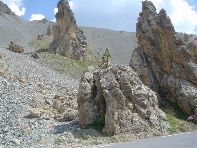 paysage lunaire et mineral sur la route de la casse déserte