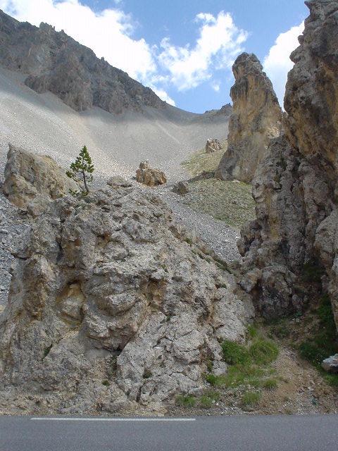 paysage rocailleux route casse deserte