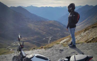 Motard dans un col des Pyrénées